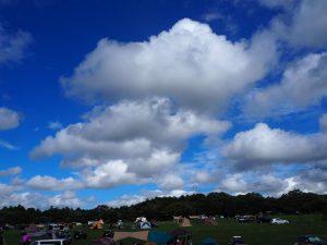 キャンプ場と雲